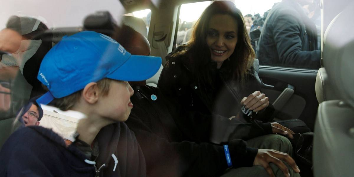 Angelina Jolie leva filhas para missão humanitária com refugiados sírios