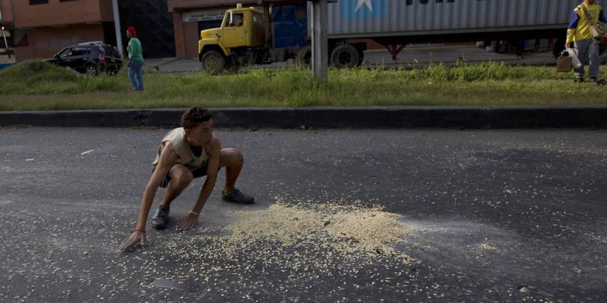 Lo que hace la falta de comida: Venezolanos saquean camiones en los semáforos para poder comer