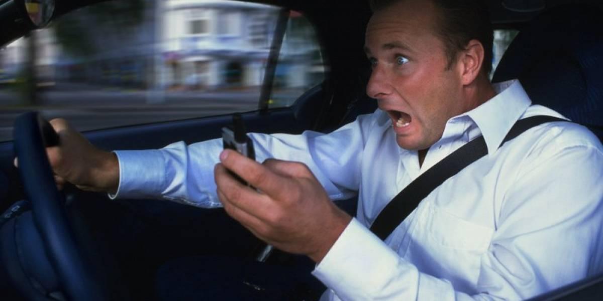 Hablar con manos libres mientras conduces es igual de peligroso que ir sosteniendo el celular