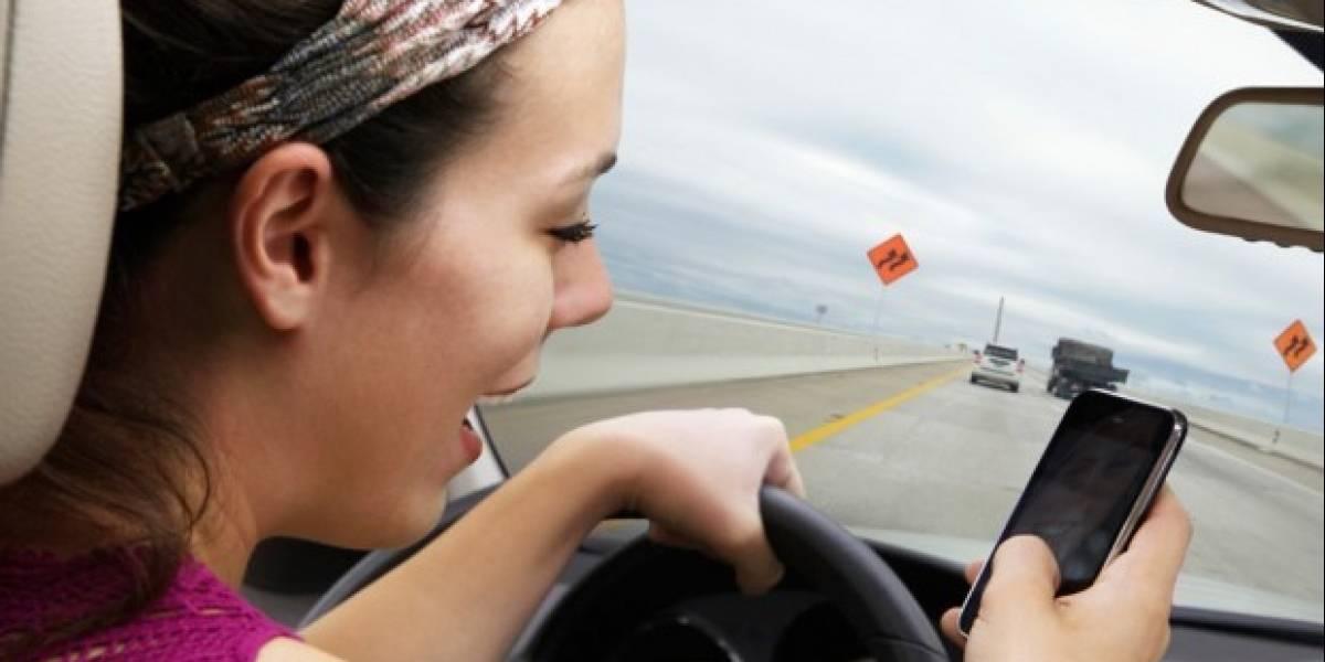 La gente está chocando más en auto y es culpa de sus celulares