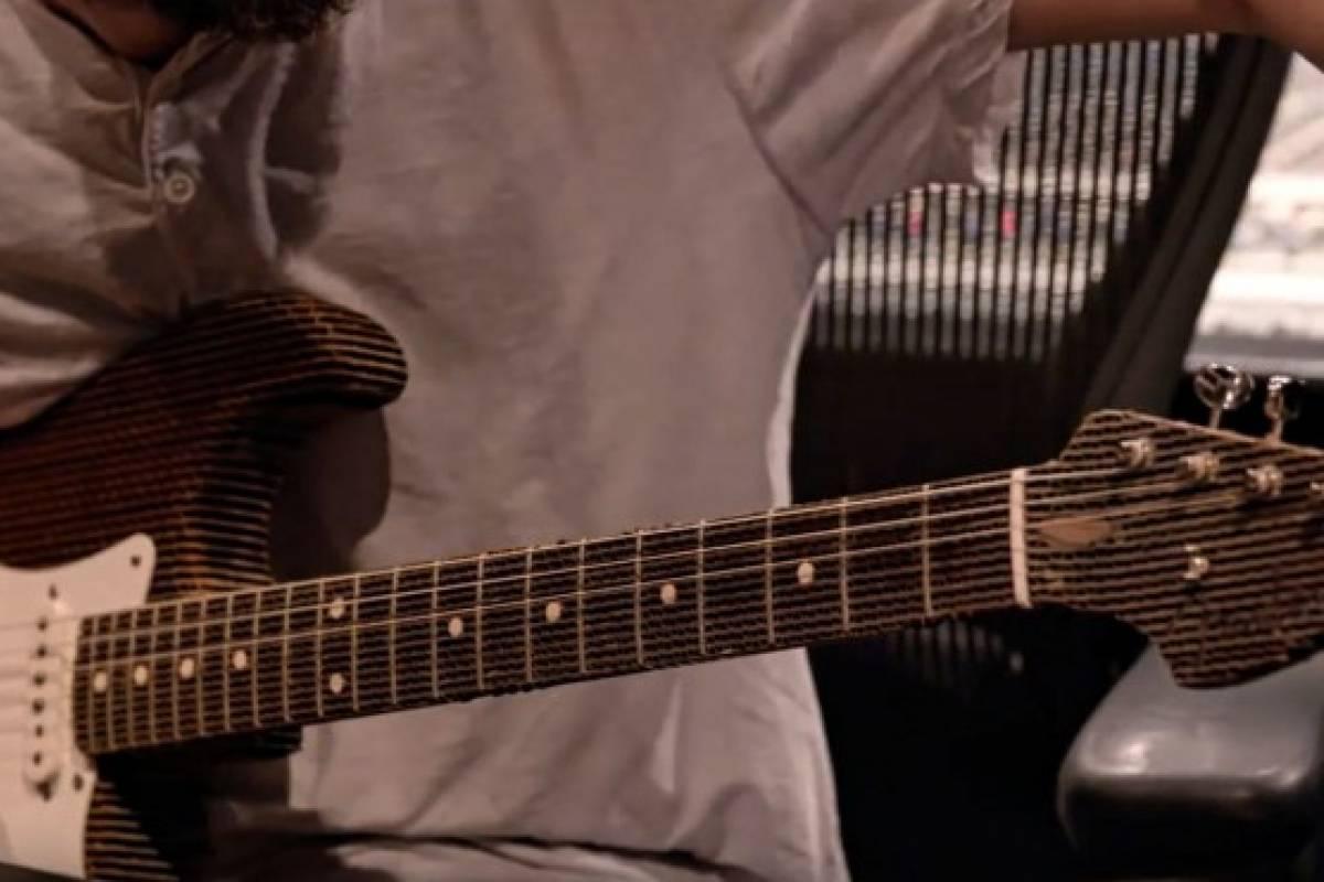 Esta guitarra de cartón de Fender suena como una de verdad