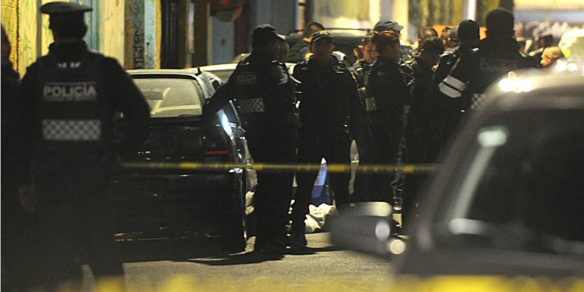 Detienen a tres sujetos que robaban a bordo de un auto de lujo en Polanco