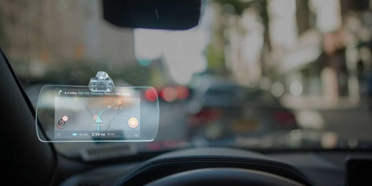 Hudly es un dispositivo para el auto que replica la pantalla de tu smartphone