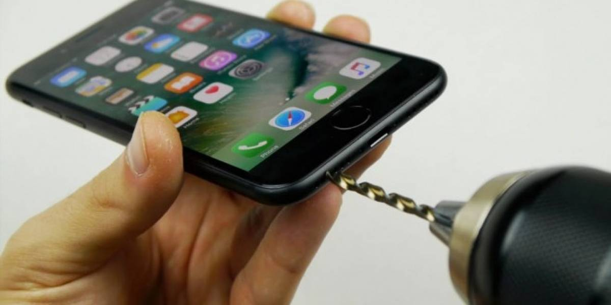 YouTuber taladra iPhone 7 para conectar sus audífonos, la gente le cree