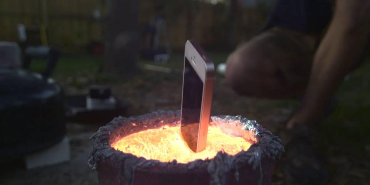 Esto es lo que pasa cuando arrojas un iPhone en aluminio fundido