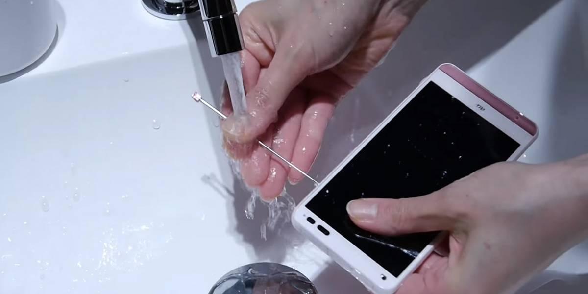 Un teléfono resistente al agua... y al jabón.