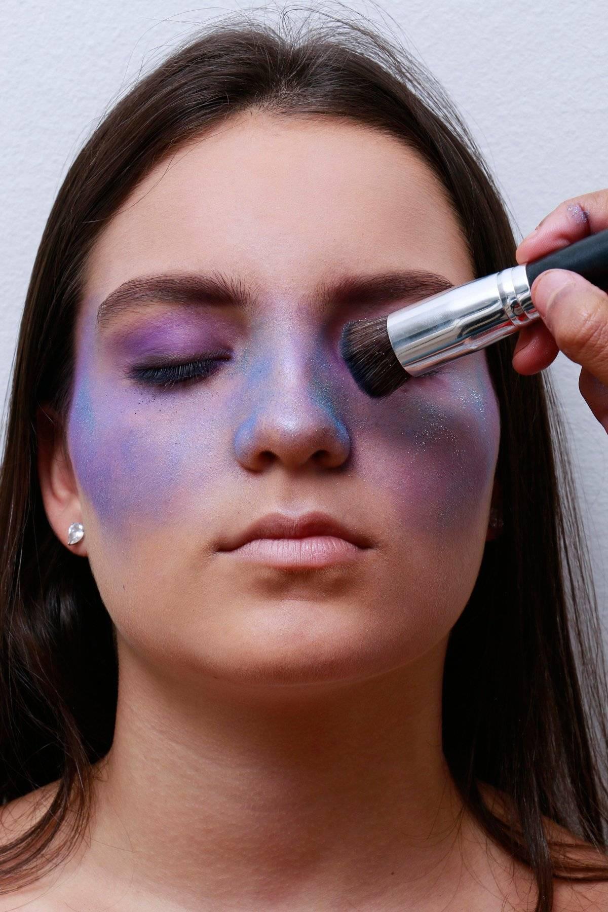 Faça pequenas aplicações aleatórias de sombra roxa, rosa e azul