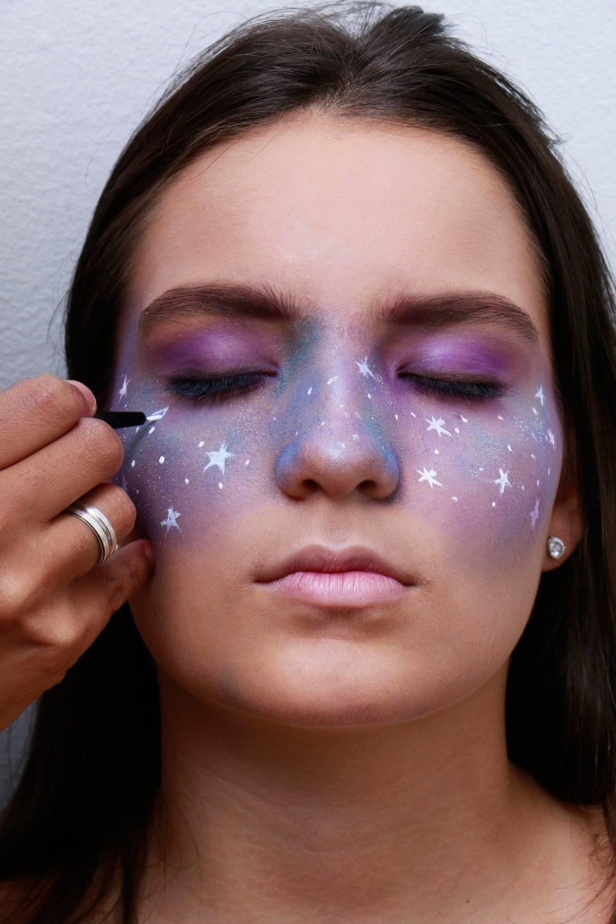 Com tinta branca, faça pontinhos e estrelas no rosto