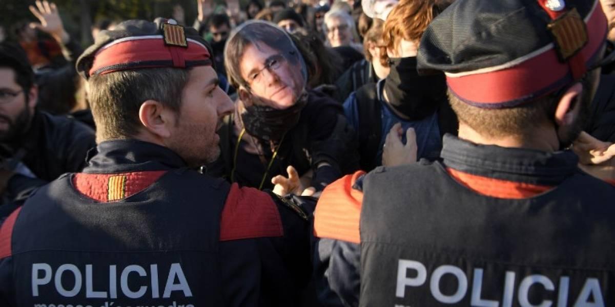 FOTOS. Manifestantes rompen cordón policial y se agolpan en el Parlamento de Cataluña