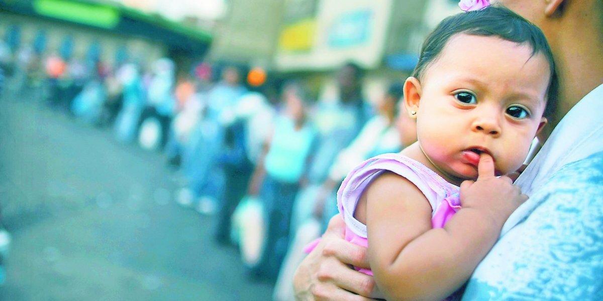 """""""Aquí no se puede vivir"""":  el calvario de una mujer embarazada en Venezuela"""