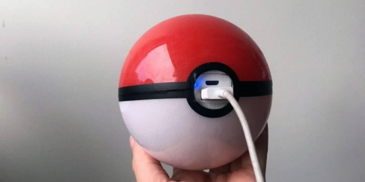Esta batería en forma de Pokebola es perfecta para jugar Pokémon Go