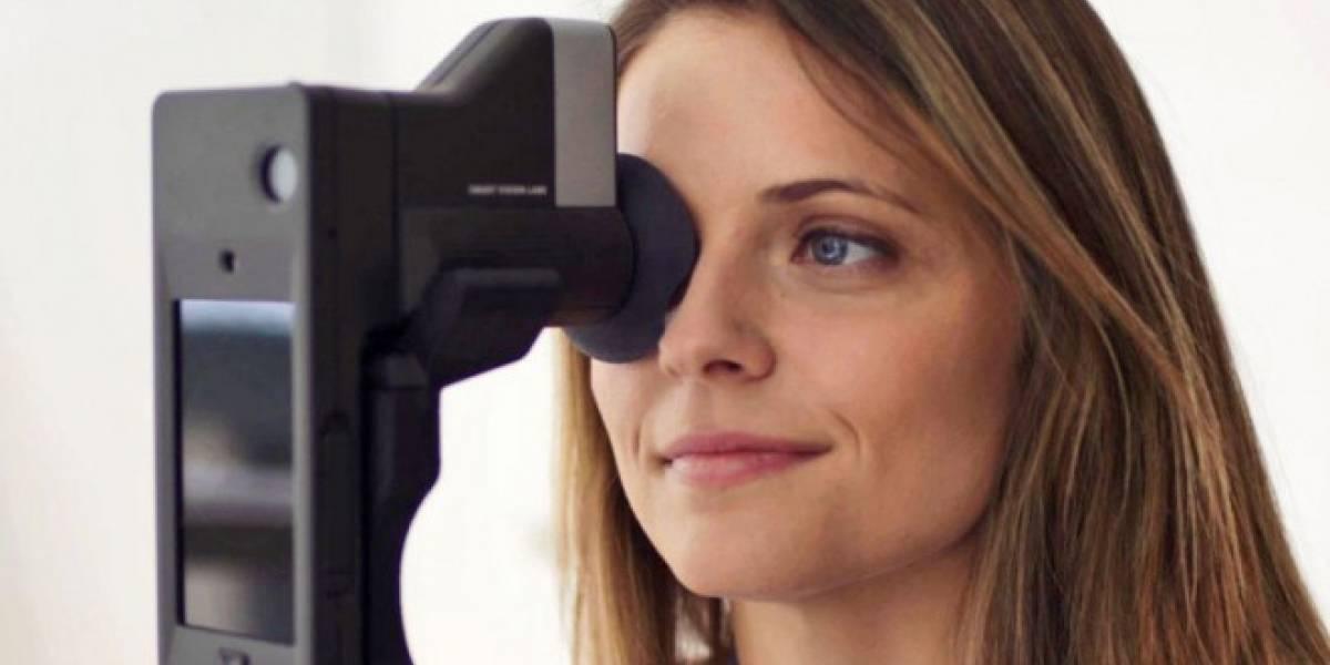 Este dispositivo examina tu vista utilizando tu smartphone