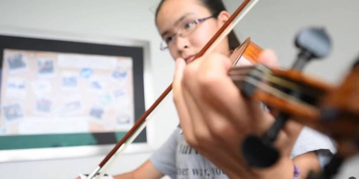Joven toca el violín con prótesis de mano impresa en 3D