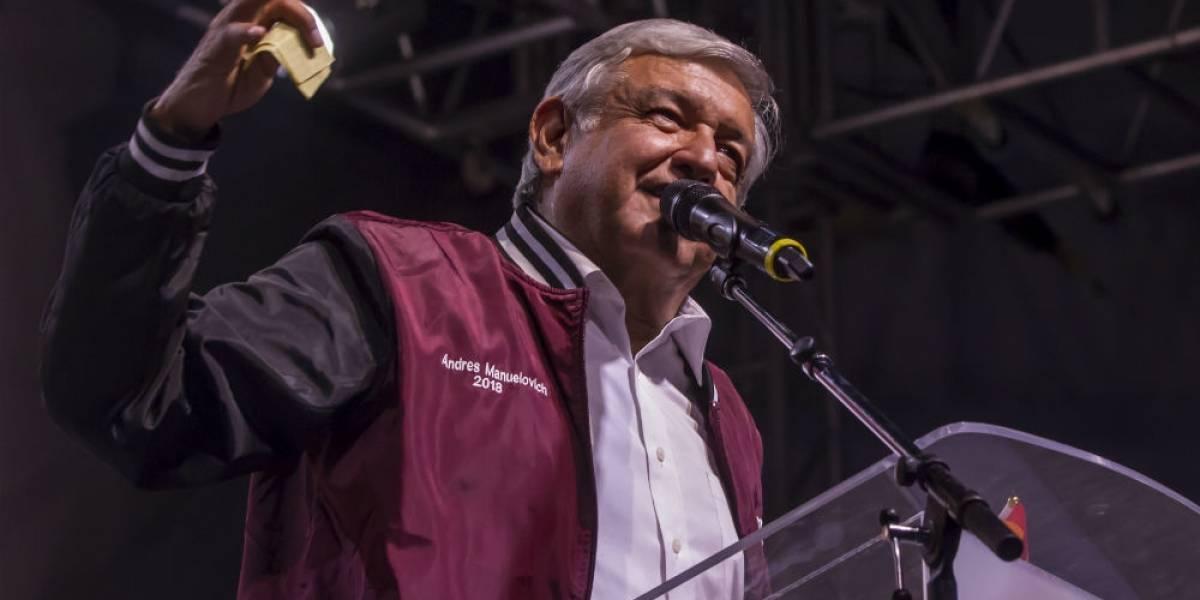 'Andrés Manuelovich' presume su chamarra en Tijuana
