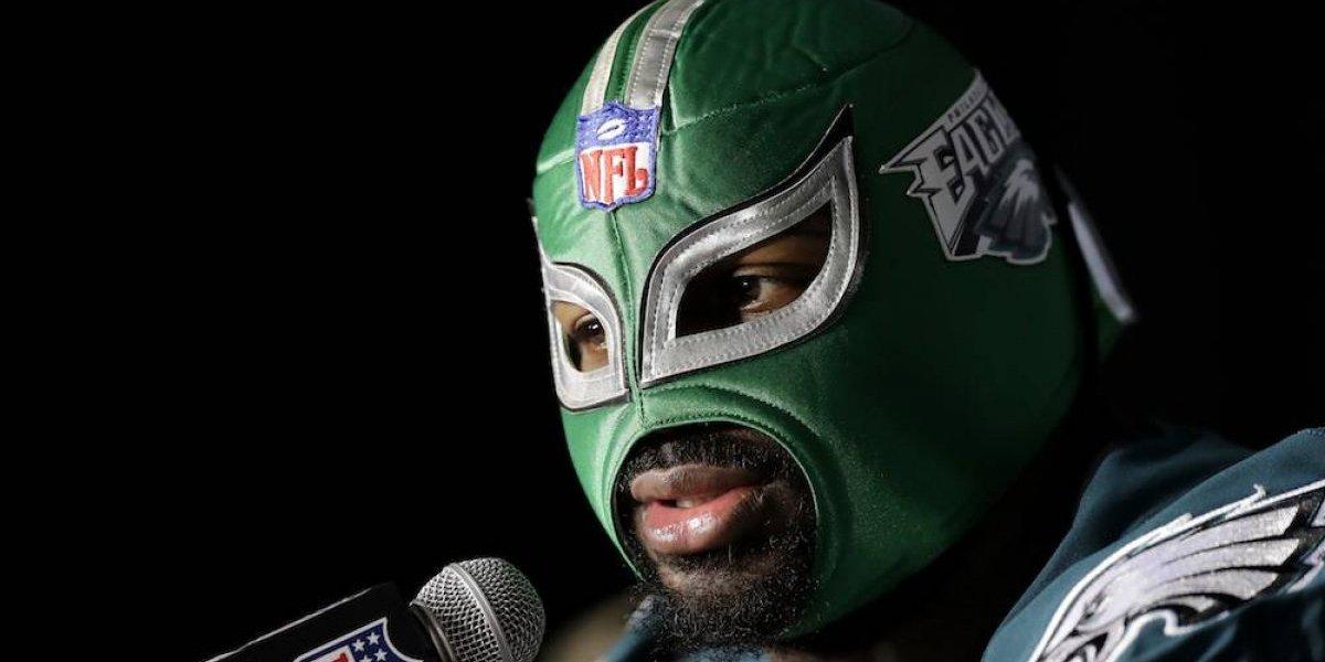 Jugador de Filadelfia luce máscara de lucha libre en conferencia
