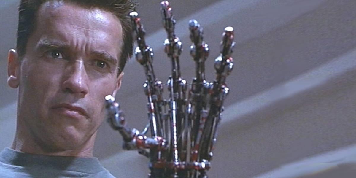 Arnold Schwarzenegger celebra a James Cameron mostrando storyboard original de Terminator