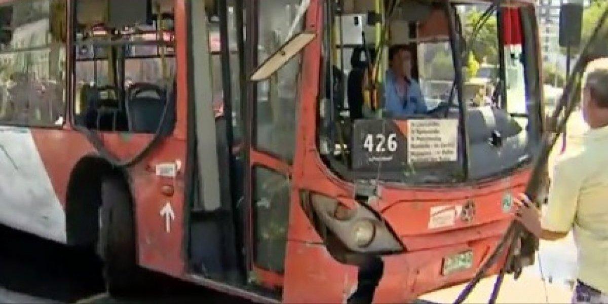 Quinta normal: bus del Transantiago choca con un grifo y termina incrustado en el patio de una casa