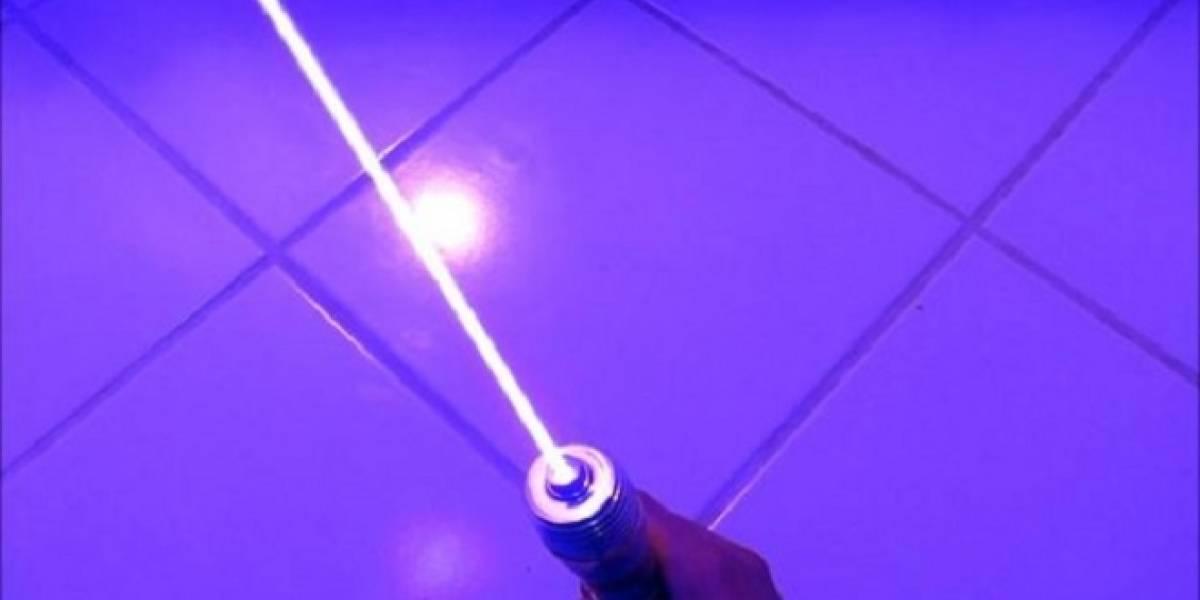 """Modifica un apuntador láser y lo transforma en """"espada láser"""" con poder real"""