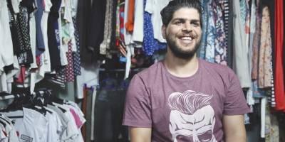 O sírio Anas Obaid tem uma galeria com estandes