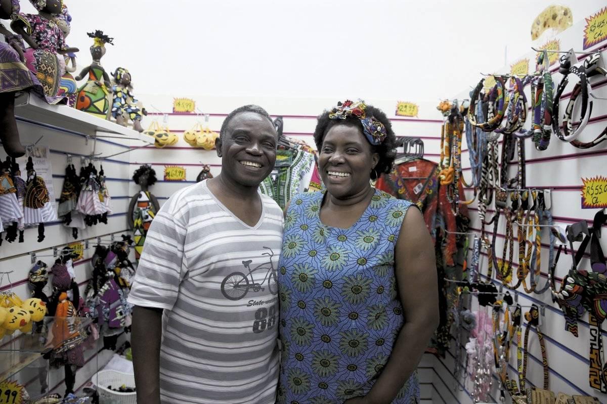 O congolês Shesa Lambert e a mulher, Reneé, vendem roupas André Porto/Metro