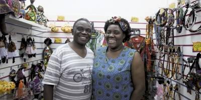 O congolês Shesa Lambert e a mulher, Reneé, vendem roupas