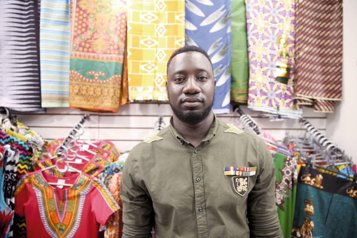 O senegalês Cheikh-Gueye-Seck tem uma loja de roupas e acessórios André Porto/Metro