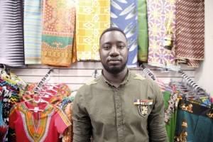 O senegalês Cheikh-Gueye-Seck tem uma loja de roupas e acessórios