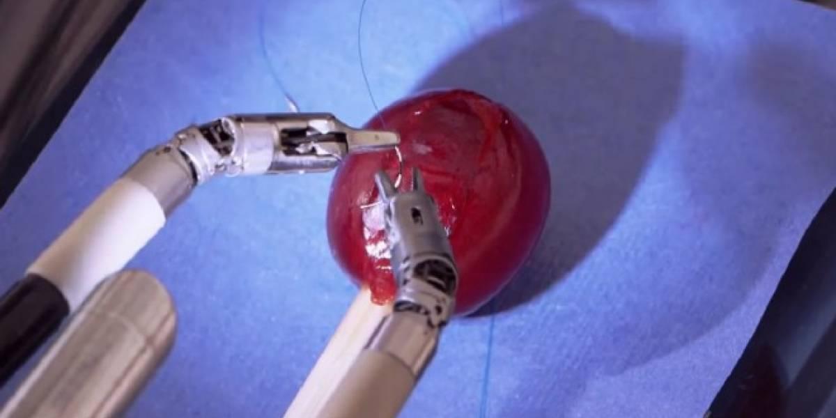 Estos brazos robóticos demuestran su precisión quirúrgica suturando una uva