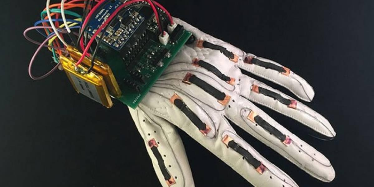 Este guante inteligente convierte el lenguaje de señas en texto digital