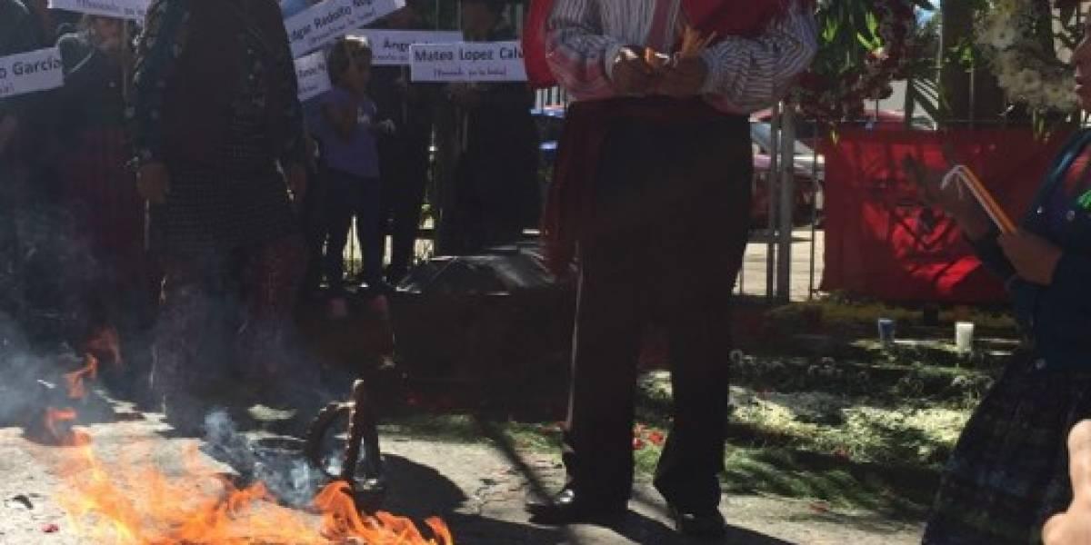 Comunidades denuncian represión al conmemorar masacre en embajada de España