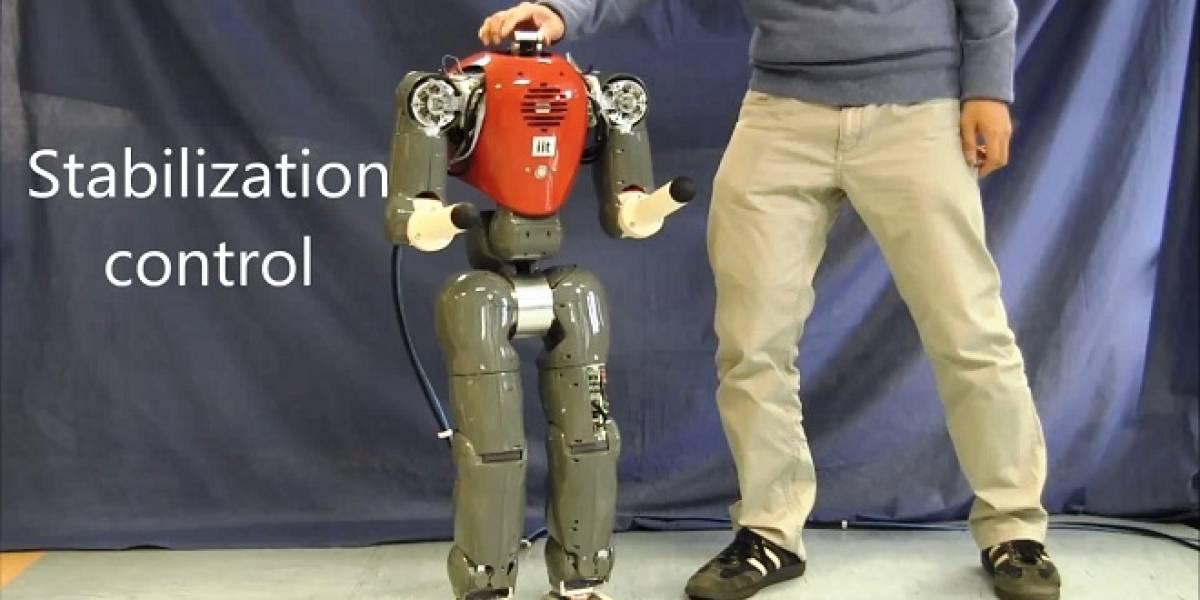 Diseñan robot que sabe mantenerse en pie aunque lo empujen