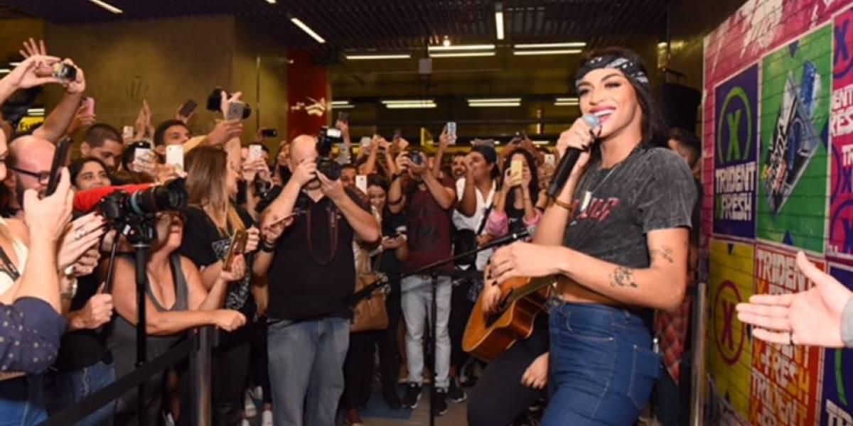 Pabllo Vittar faz show surpresa no Metrô de São Paulo