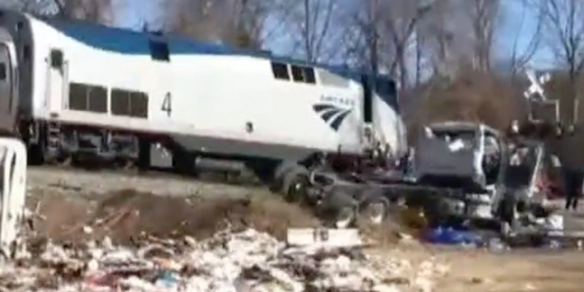 Camión choca tren que llevaba legisladores republicanos