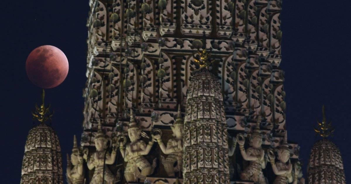 Lua paralela a templo em Bangkok, na Tailândia REUTERS/Athit Perawongmetha