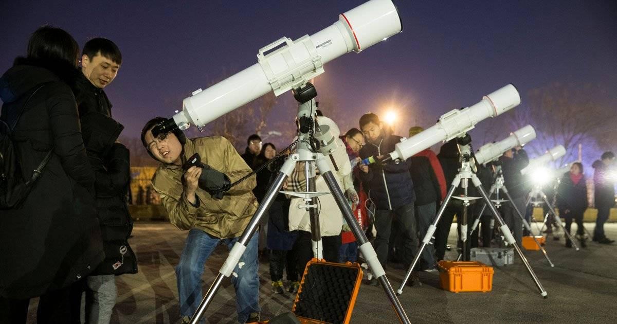Pessoas se preparam para acompanhar o eclipse da Super Lua em Pequim China Daily via REUTERS