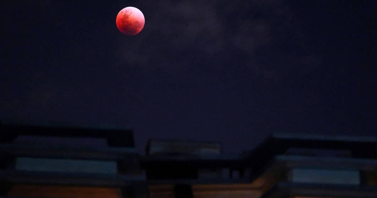 """Visão da """"Super Lua Azul de Sangue"""" a partir de Cingapura REUTERS/Tim Chong"""
