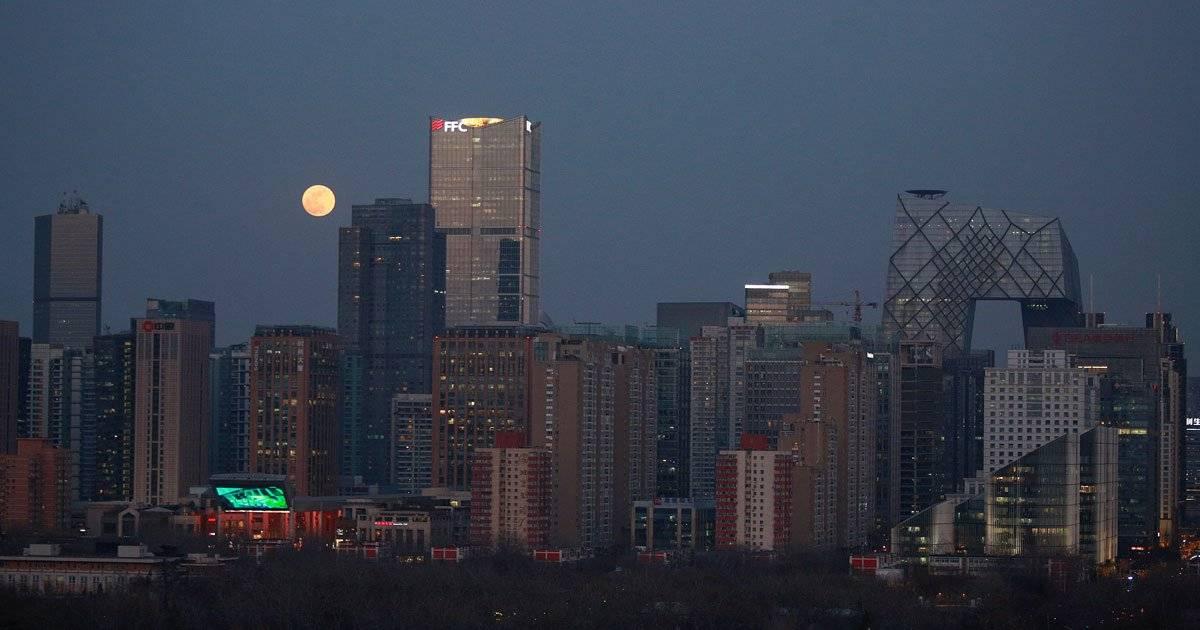 Super Lua azul vista ao fundo do centro empresarial em Pequim REUTERS/Natalie Thomas