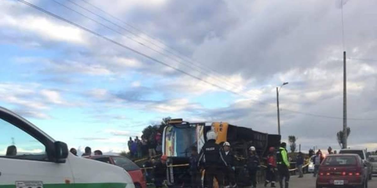 6 muertos y 12 heridos dejó volcamiento de un bus en la vía Biblián-Cañar