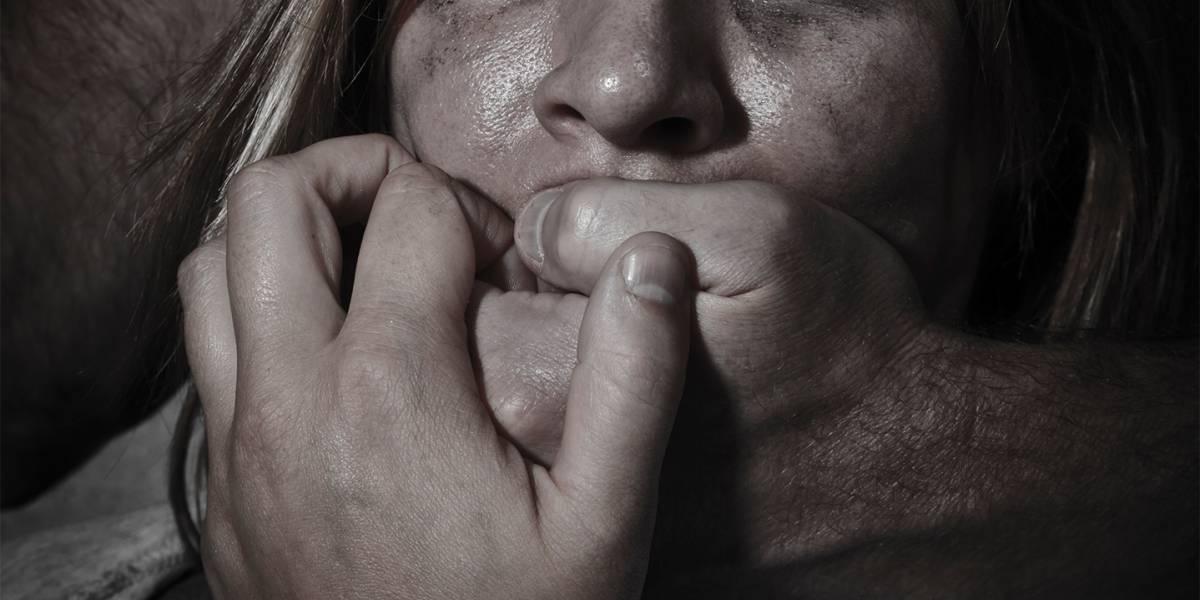 Mujer revela cómo un famoso rapero y sus amigos la violaron en grupo