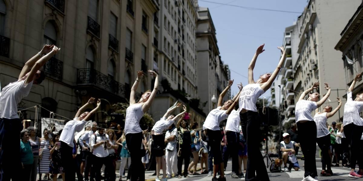Protestan con arte en las calles de Argentina