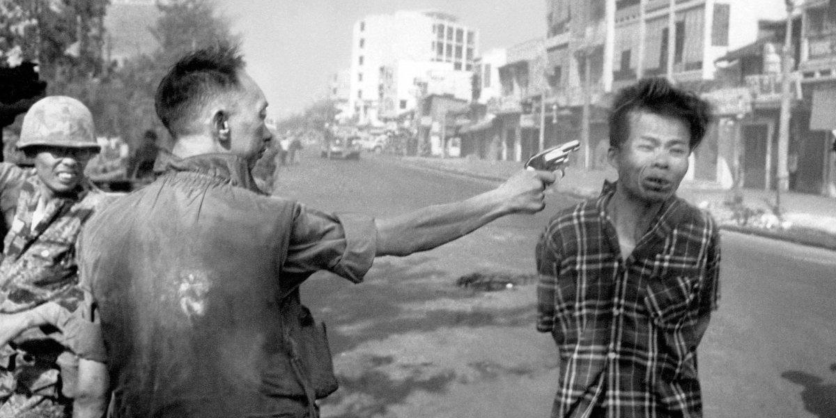 Guerra de Vietnam: La historia detrás de la foto que captó el instante cuando un general mata a un miliciano Viet Cong esposado