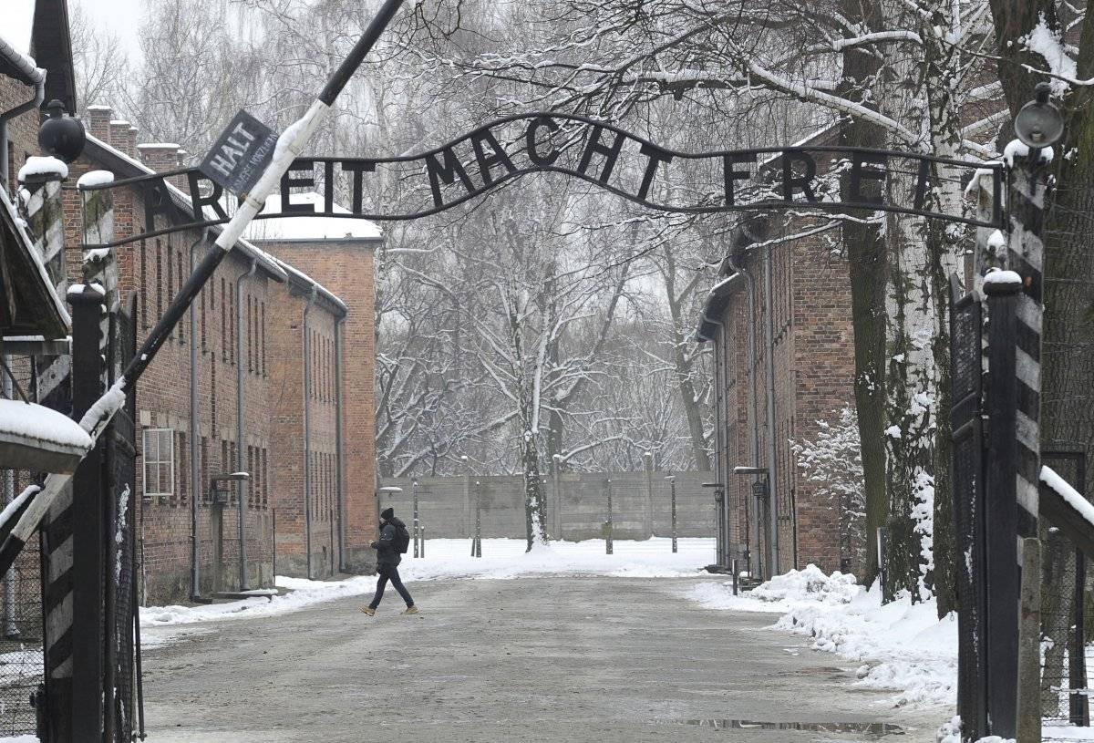 """Foto de archivo que muestra la entrada al antiguo campo de exterminio nazi de Auschwitz con el lema """"Arbeit Macht Frei"""" (El trabajo libera)"""