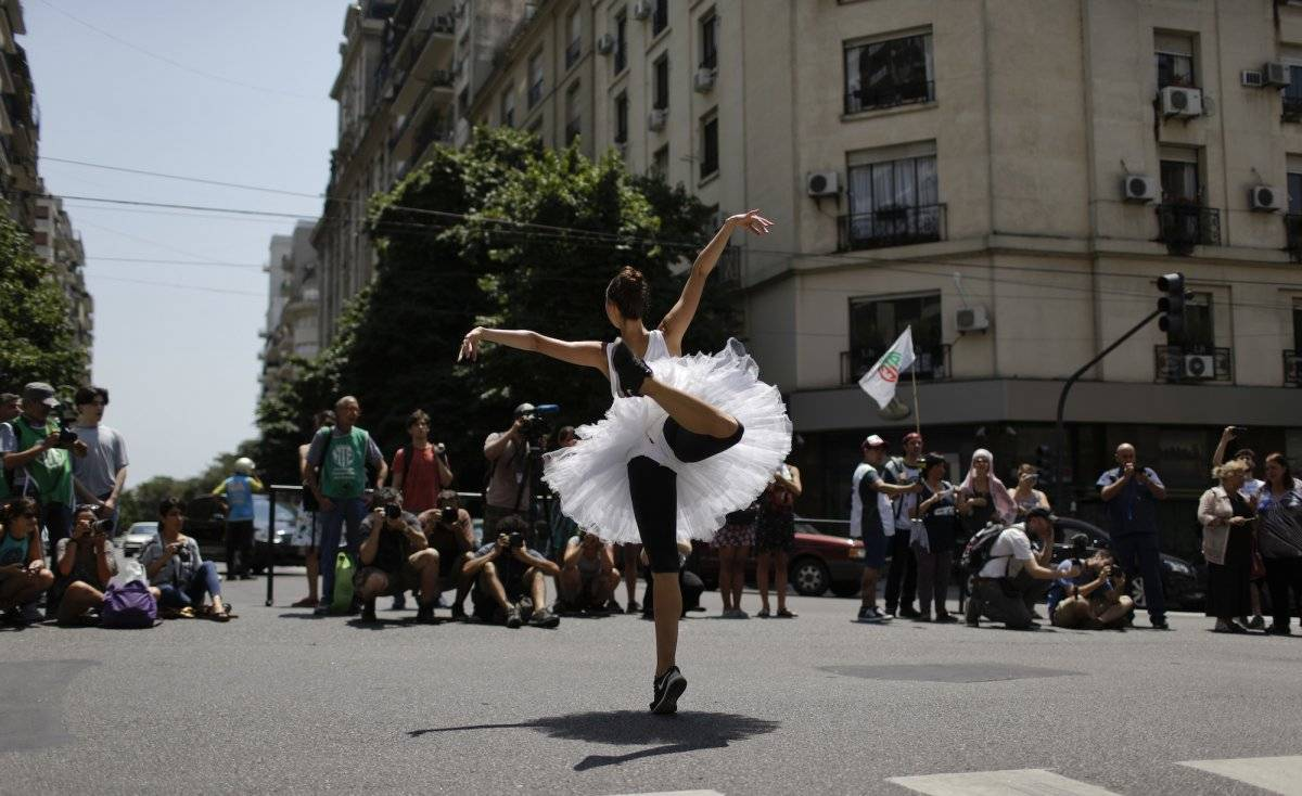 Una bailarina se presenta en un espectáculo al aire libre para protestar por recortes de fondos del gobierno en Buenos Aires, el jueves 1 de febrero de 2018. (AP Foto / Natacha Pisarenko)