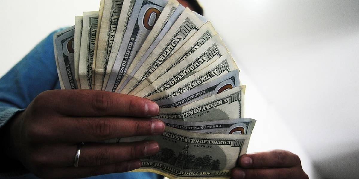 Dólar otra vez se cae de la barrera de los $600