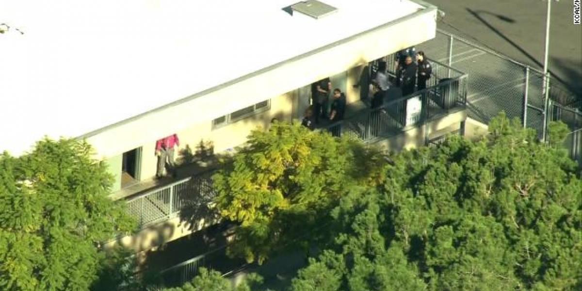 2 estudiantes baleados dentro de una escuela en Los Ángeles