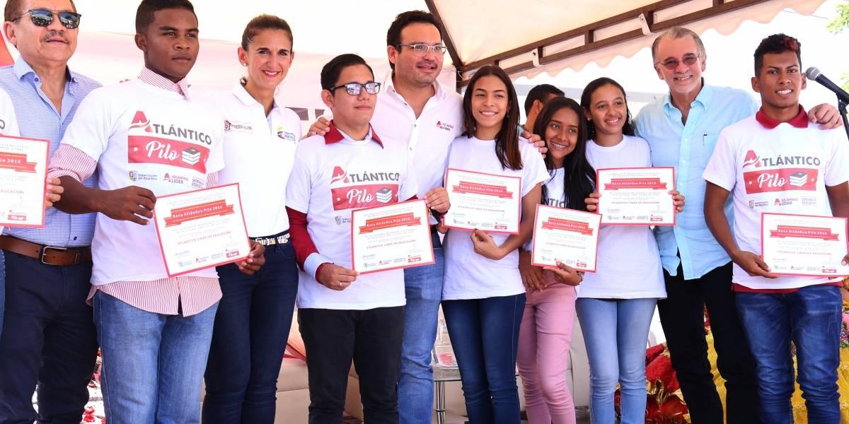 Ministerio de Educación entrega 140 becas a 'pilos' del Atlántico