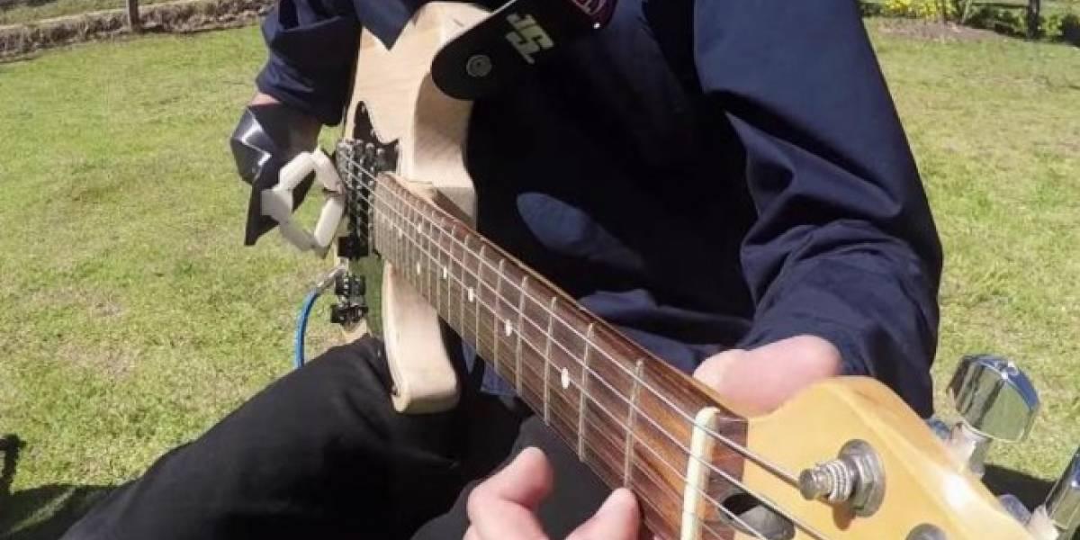 Este colombiano de 17 años toca la guitarra con un brazo impreso en 3D