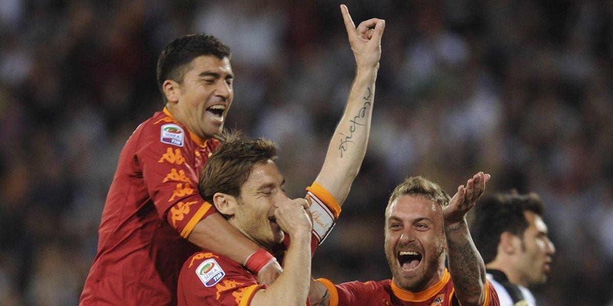 Hincha ilustre: El apoyo de Francesco Totti para la U de su amigo Pizarro