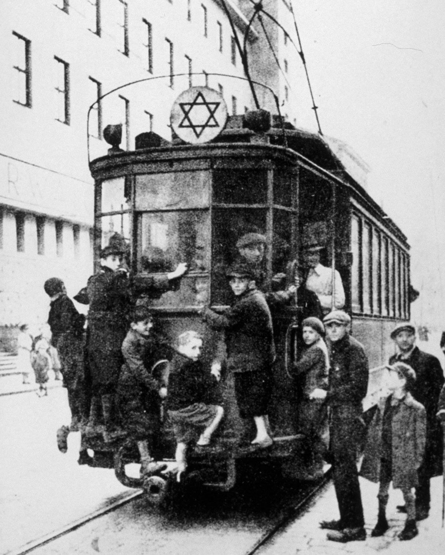 Niños judíos en un tranvía en el Ghetto de Varsovia (1940)