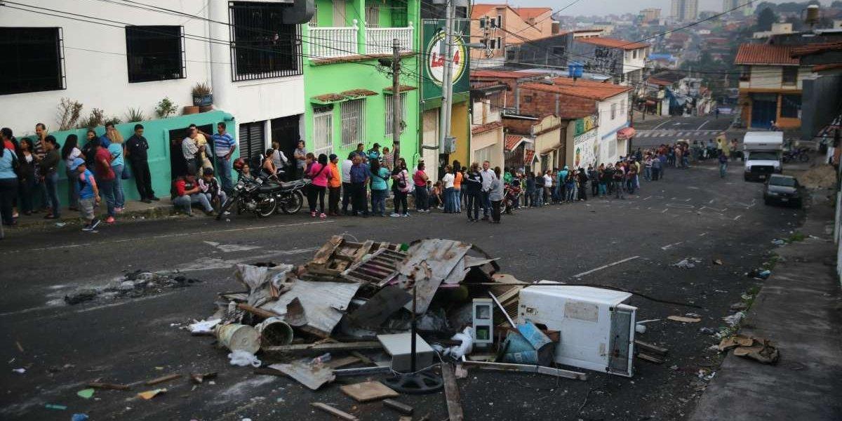 Venezuela: joven murió tras ser quemado mientras hacía la fila del pan